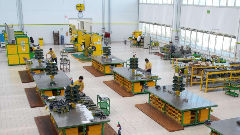 Area montaggio nella fabbrica di pompe e motori oleodinamici di Vivoil a Budrio